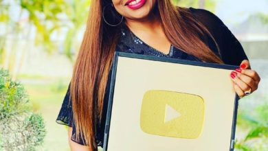 Photo of Sinach Gets YouTube Plague For Hitting 1 Million Subscribers